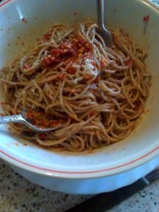 spaghetti al pesto con pomodorini secchi